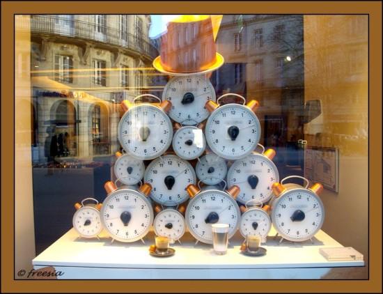 vitrine pub cours de l'intendance